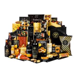 Divers kerstpakket gevuld met diverse drank en etenswaren