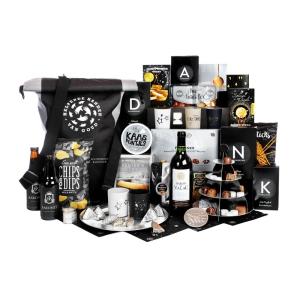 Uniek zwart gekleurd kerstpakket met diverse producten en snacks, drank enz.